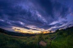 Zonsondergang na streng regenonweer met dramatische wolken stock fotografie