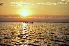 Zonsondergang naast een boot Stock Afbeelding