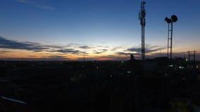 Zonsondergang in nachtwolken stock fotografie