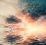Zonsondergang in oceaan Zon die over de oceaan plaatsen Royalty-vrije Stock Foto