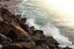 Zonsondergang oceaanbranding op de kust Stock Afbeelding