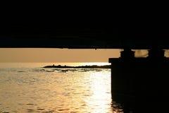 Zonsondergang onder de brug royalty-vrije stock afbeeldingen