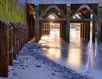 Zonsondergang onder de brug Stock Afbeeldingen