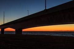 Zonsondergang onder de Federatiebrug, Prins Edward Island stock fotografie
