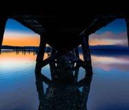Zonsondergang onder de pijler Stock Foto