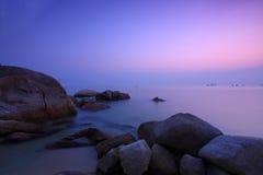 Zonsondergang onder lange blootstelling langs kust   Royalty-vrije Stock Fotografie