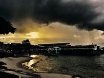 Zonsondergang onder onweerswolken Stock Foto