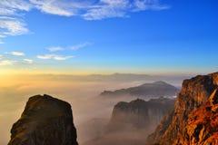 Zonsondergang op Bewolkte bergen Stock Fotografie