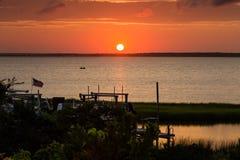 Zonsondergang op Bogue Geluid met briljant oranje purper Amerikaans rood, stock afbeelding