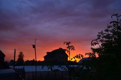Zonsondergang op de achtergrond van een buitenhuis royalty-vrije stock afbeeldingen