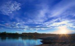 Zonsondergang op de bank van de rivier Royalty-vrije Stock Foto