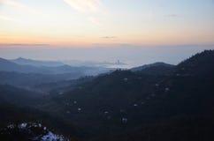Zonsondergang op de berg stock foto's