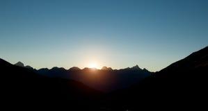 Zonsondergang op de donkere berg Stock Afbeeldingen