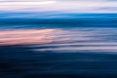Zonsondergang op de golvensamenvatting stock fotografie