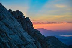 Zonsondergang op de klippen & de landschapsbergen royalty-vrije stock afbeelding
