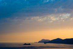 Zonsondergang op de kust Stock Afbeeldingen