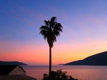 Zonsondergang op de kust stock foto