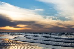 Zonsondergang op de kust bij de zomer stock foto's