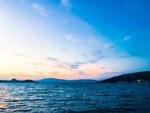 Zonsondergang op de kust, mooie overzeese meningsachtergrond stock afbeelding