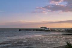 Zonsondergang op de kust Romantisch ogenblik Stock Afbeelding