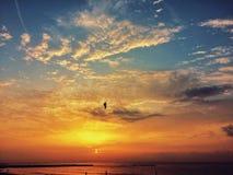 Zonsondergang op de kust Romantisch ogenblik Royalty-vrije Stock Afbeeldingen