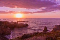 Zonsondergang op de kust van Californië Stock Foto's