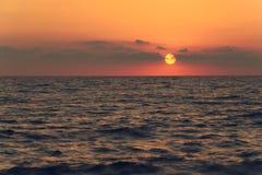 Zonsondergang op de kust van de Zwarte Zee, de stad van Sotchi Stock Foto
