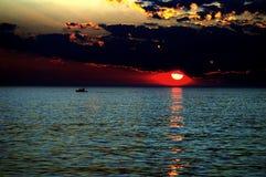 Zonsondergang op de oceaan Royalty-vrije Stock Afbeeldingen