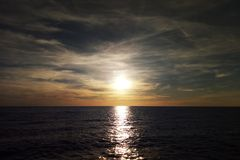 Zonsondergang op de Oostzee met een mooie hemel stock afbeeldingen