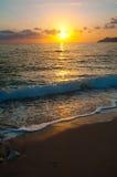 Zonsondergang op de overzeese horizon, die golf gelijk maken Stock Afbeelding