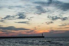 Zonsondergang op de overzeese kust, stock foto