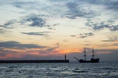 Zonsondergang op de overzeese kust, royalty-vrije stock fotografie