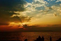 Zonsondergang op de overzeese kust, geheimzinnige beelden in de hemel stock afbeelding