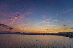 Zonsondergang op de rivier stock foto's