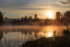 Zonsondergang op de rivier Stock Foto