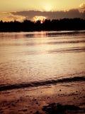 Zonsondergang op de rivier avond stock afbeelding
