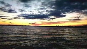 Zonsondergang op de rivier stock footage