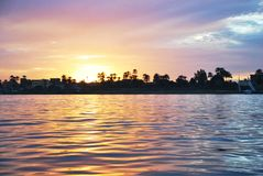Zonsondergang op de rivier, Nijl, Egypte stock foto's