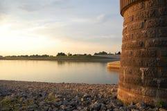 Zonsondergang op de rivier in Nijmegen, Nederland stock foto's
