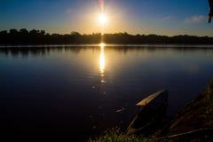 Zonsondergang op de Rivier van Amazonië (Peru) Stock Foto's