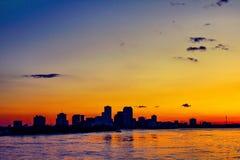 zonsondergang op de rivier van de Mississippi door boot stock foto