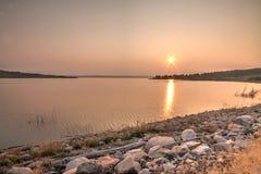 Zonsondergang op de Rivier van Missouri stock fotografie