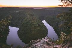 Zonsondergang op de rivierkromme - Maj royalty-vrije stock foto's