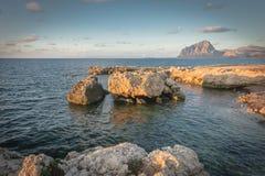 Zonsondergang op de rotsen royalty-vrije stock afbeelding