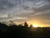 Zonsondergang op de stad stock afbeelding