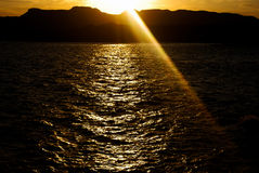 Zonsondergang op de strand en waterbezinning Stock Fotografie