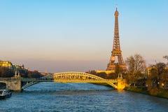 Zonsondergang op de toren van Eiffel en Pont Rouelle - Parijs, Frankrijk stock fotografie