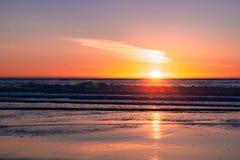 Zonsondergang op de Vreedzame Oceaankustlijn, Moss Landing, Californië stock foto's