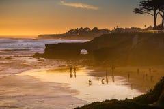 Zonsondergang op de Vreedzame Oceaankustlijn, Santa Cruz, Californië stock foto