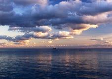 Zonsondergang op de Zwarte Zee in Oktober Stock Foto